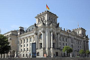 Berlin  Deutschland  das Reichstagsgebaeude von der Spree aus