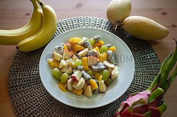 Singapur  Republik Singapur  Obstsalat mit Mango  Banane  Weintrauben  Apfel und Drachenfrucht