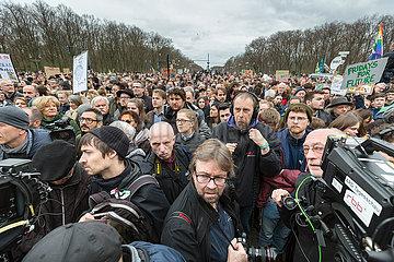 Berlin  Deutschland - Klimaschutzaktivisten demonstrieren anlaesslich der FridaysForFuture Demonstration am Brandenburger Tor.