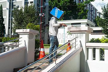 Singapur  Republik Singapur  Arbeiter streicht eine Balustrade an