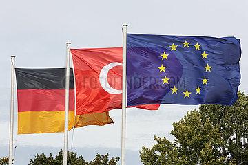 Berlin  Deutschland  Nationalfahnen der Bundesrepublik Deutschland  der Tuerkei und die Europafahne