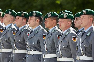 Berlin  Deutschland - Soldaten des Wachbatallions bei einen Empfang mit militaerischen Ehren.