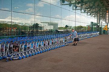 Singapur  Republik Singapur  Passagier und Gepaeckwagen am Flughafen Changi