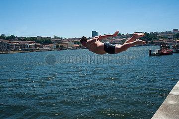Porto  Portugal  Junge springt vom Ufer des Rio Douro ins kuehle Nass
