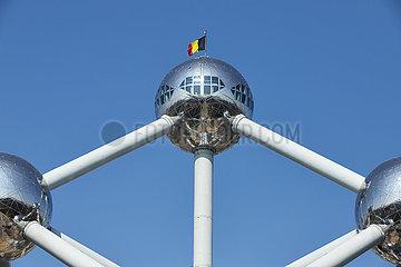 Bruessel  Region Bruessel-Hauptstadt  Belgien - Das Atomium mit wolkenlosem blauen Himmel.