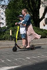 Polen  Wroclaw - Mutter und Sohn auf einem e-scooter