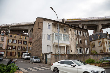 Frankreich  Lothringen  Hayange - Autobahnbruecke direkt ueber der strukturschwachen Stadt  waehlte 2014 Front National-Politiker zum Buergermeister