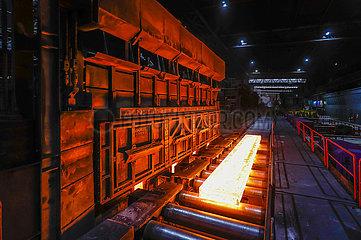 ThyssenKrupp Steel  Stahlproduktion im Huettenwerk  Duisburg  Ruhrgebiet  Nordrhein-Westfalen  Deutschland  Europa