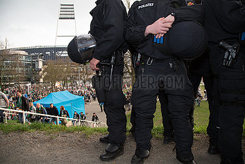 Deutschland  Bremen - Polizeieinsatz beim Ende des Fussball-Bundesliga-Spiels SV Werder Bremen - FSV Mainz (kein Hochrisikospiel)  hinten das Weserstadion