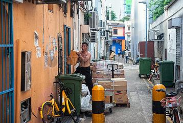 Singapur  Republik Singapur  Warenanlieferung durch einen Arbeiter in Little India