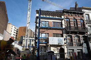 Bruessel  Region Bruessel-Hauptstadt  Belgien - Bauluecke und Neubau eines Wohnhauses. Teile der Fassade des vormaligen Hauses stehen noch.