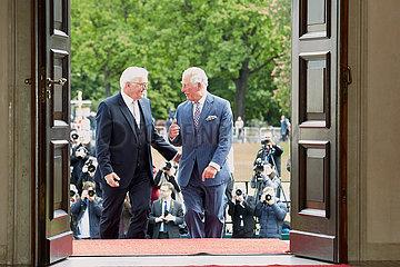Berlin  Deutschland - Bundespraesident Frank-Walter Steinmeier  seine koenigliche Hoheit der Prinz von Wales. Am Portal der Empfangshalle von Schloss Bellevue.