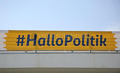 Berlin  Deutschland  Banner mit der Aufschrift Hashtag Hallo Politik