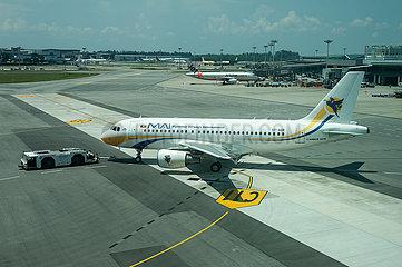 Singapur  Republik Singapur  A319 Passagierflugzeug der Myanmar Airways International auf dem Flughafen Changi