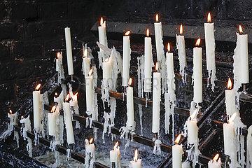 Opferkerzen brennen vor der Kerzenkapelle  Kevelaer  Nordrhein-Westfalen  Deutschland