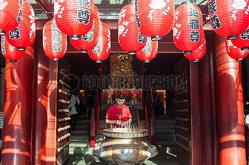 Singapur  Republik Singapur  Gebet im Buddha Tooth Relic Tempel in Chinatown