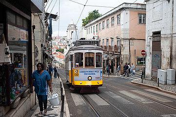 Lissabon  Portugal  Strassenbahn im historischen Stadtteil Bairro Alto