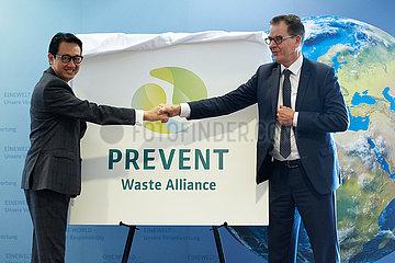 Berlin  Deutschland - Arif Havas Oegroseno und Dr. Gerd Mueller. Botschafter Indonesiens in Deutschland und der Minister fuer wirtschaftliche Zusammenarbeit und Entwicklung.