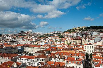 Lissabon  Portugal  Stadtlandschaft von Baixa mit dem Castelo de Sao Jorge