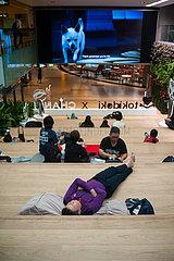 Singapur  Republik Singapur  Menschen ruhen sich am Flughafen Changi aus