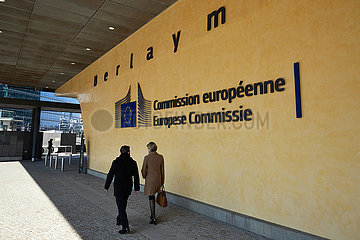 Bruessel  Region Bruessel-Hauptstadt  Belgien - Frau und Mann vor dem Berlaymont-Gebaeude im Europaviertel.