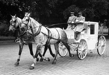 Dresden  DDR  Hochzeitskutsche auf einer Strasse