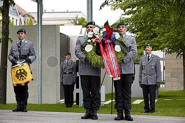 Berlin  Deutschland - Soldaten des Wachbatallions mit einem Trauerkranz  daran Schleifen der norwegischen Nationalflagge.