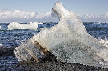 Ein Eisberg am Schwarzen Strand