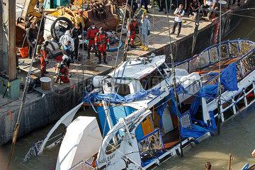 Bergung des Ausflugsschiffes Hableany in Budapest JOKER190611891102.jpg