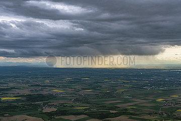 Niedergehender Regen aus Regenwolken JOKER190510531001.jpg