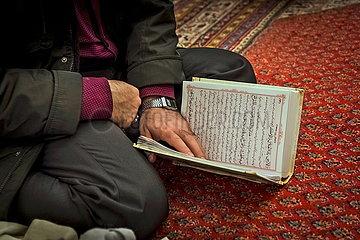 Mann liest im Koran JOKER190117421253.jpg