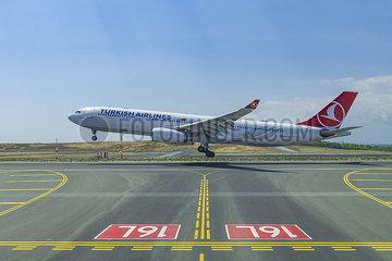 Landung einer Passagiermaschine auf dem Flughafen Istanbul (LTFM) JOKER190503533017.jpg