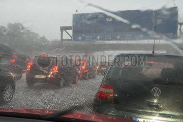 Hagel  Gewitter  Starkregen  Unwetter auf der Autobahn WMW27880.jpg