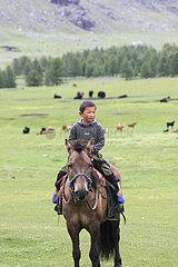 Junge Reiter in der Mongolei Kamel in der Nationalpark Altai Tawan Bogd in der Mongolei
