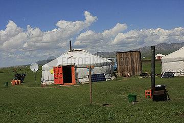 Solarpanel und Parabolantenne vor eine Jurte in der Mongolei Kamel in der Nationalpark Altai Tawan Bogd in der Mongolei