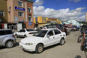 Taxi vor ein Supermarkt in Tsetserleg Kamel in der Nationalpark Altai Tawan Bogd in der Mongolei