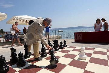 (SP) CROATIA-CRIKVENICA-CHESS ON THE BEACH