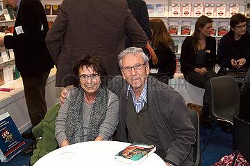 Uebersetzerin Mirjam Pressler und Amos Oz auf der Leipziger Buchmesse am Stand des Suhrkamp Verlages