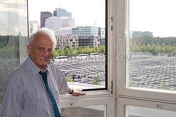 Rolf Hochhuth  deutscher Autor und Dramatiker  im Hintergrund das Stelenfeld  Holocaust-Mahnmal