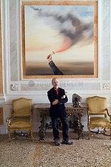 Genia Chef vor einem seiner Gemaelde anlaesslich seiner Ausstellung TELLURIA im Palazzo Corfu Venedig