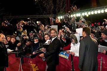 Der britische Schauspieler Gerald Butler inmitten seiner Fans auf dem Roten Teppich bei der Berlinale 2011