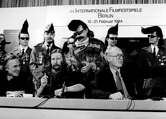 Ulrich Gregor mit den Leningrad Cowboys  Andre Wilms und Matti Pellonpaeae bei der Vorstellung des Film Leningrad Cowboys meet Moses (Regie Aki Kaurismaeki)
