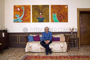 Vladimir Sorokin vor seinen Bildern anlaesslich seiner Ausstellung TELLURIA im Palazzo Corfu  Venedig
