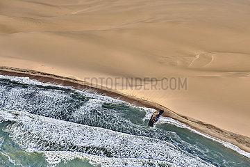 NAMIBIA  NAMIB DESERT  SEAFRONT  WALVIS BAY  SHIPWRECK