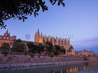 Die Kathedrale von Palma de Mallorca bei Daemmerung