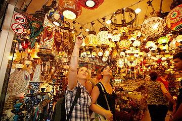 Touristen in einem Lampenladen