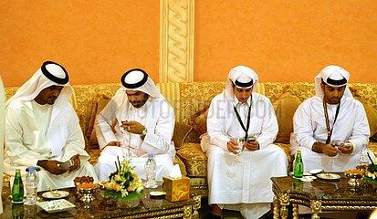 Scheiche mit Handys in Dubai