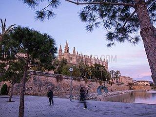 Die Kathedrale von Palma de Mallorca mit Menschen im Vordergrund