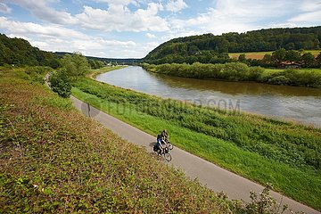 Fahrradfahrer neben der Weser