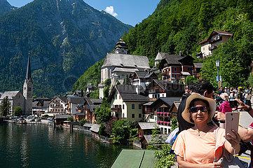 Hallstatt  Salzkammergut  Oesterreich  Chinesische Touristen fotografieren am Hallstaetter See